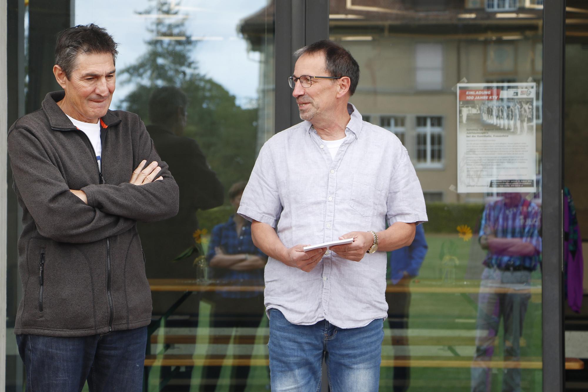 Die beiden Chronisten Michael Frei (links) und Hanspeter Rohde präsentieren die frisch gedruckte 84-seitige Chronik.
