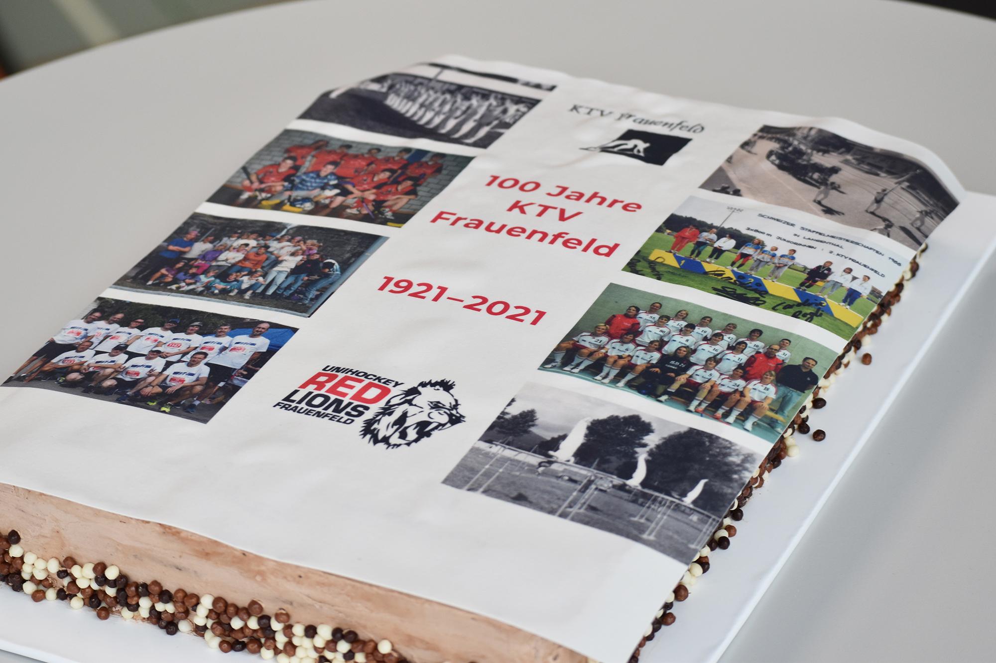 Zum Jubiläum ein mit Archivfotos dekorierter Kuchen.