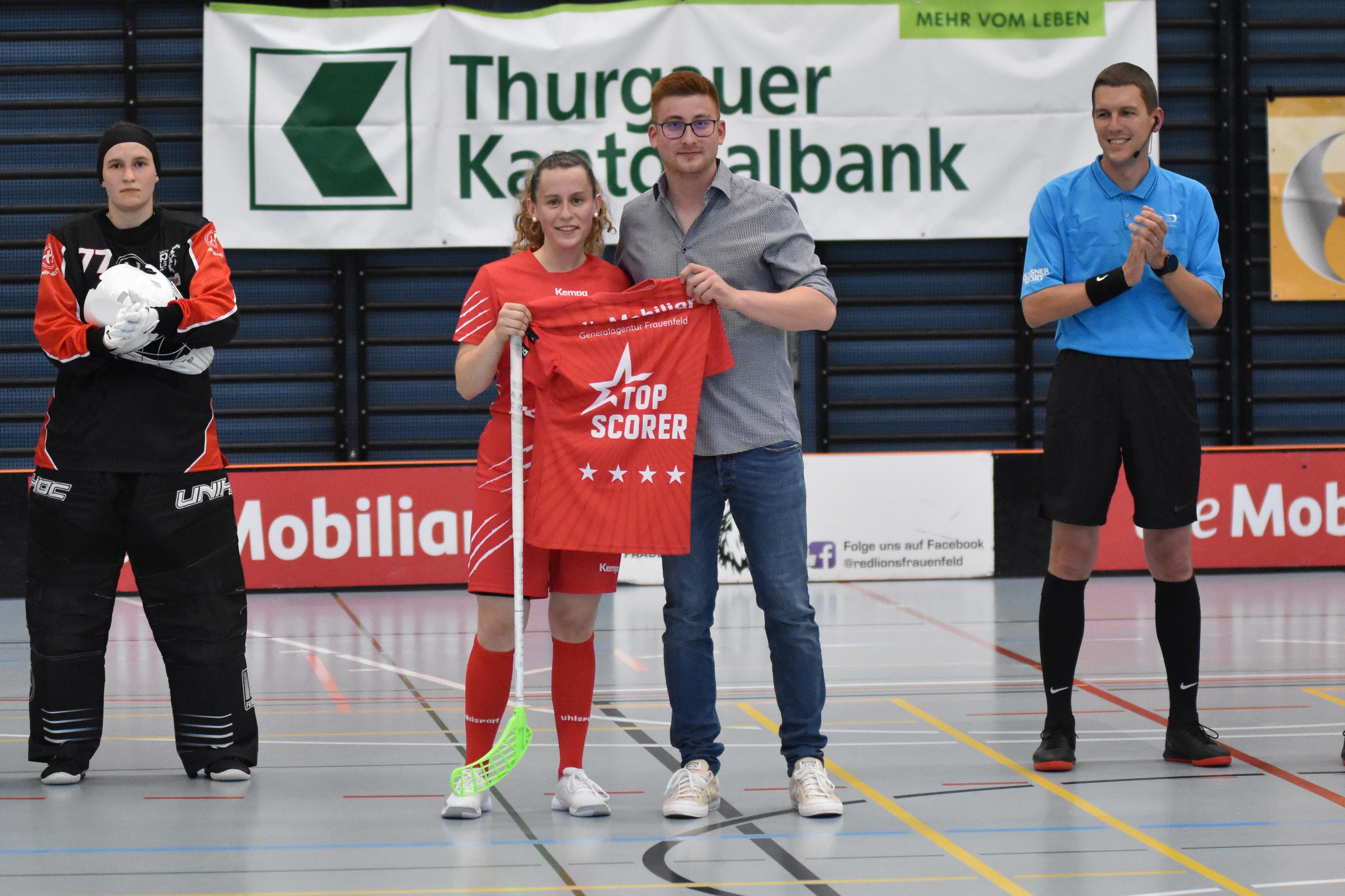 Übergabe des Topscorer-Shirts von Chiaro Tomaselli, Mobiliar GA Frauenfeld, an Captain Viviane Lenz.