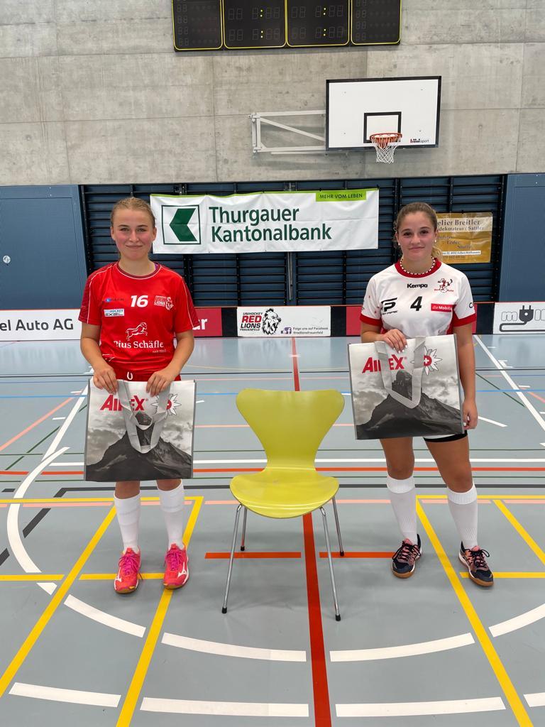 Auszeichnung Best Playerin: Jill Wiedmer und Sarah Borer erhalten ein Geschenk von Airex AG.
